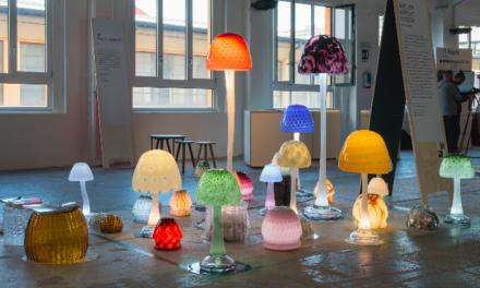 Kijken: zo maakt Arnout Visser zijn glazen verlichtingspaddestoelen