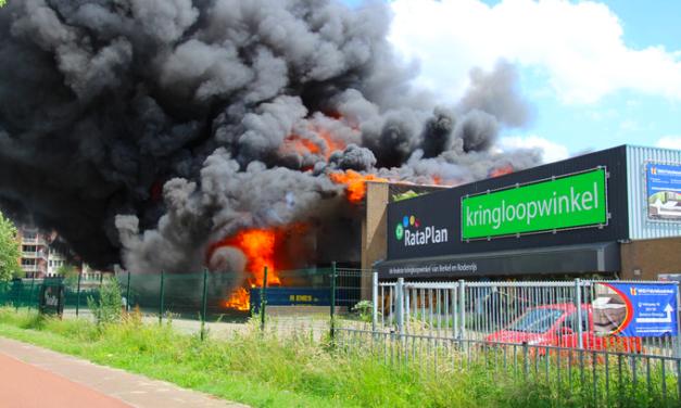 Vliegveldbrandweer ingezet bij brand Berkelrode Meubel