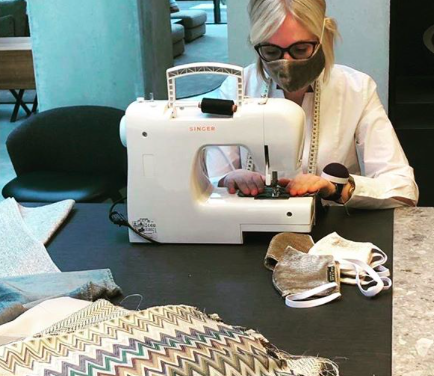Belgische Interieurwinkel Abitare maakt mondmaskers van designerstoffen en deelt ze gratis uit aan klanten